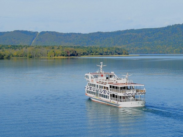 阿寒湖を航行する遊覧船も人気です。ご家族連れでお気軽にお楽しみ頂けます。