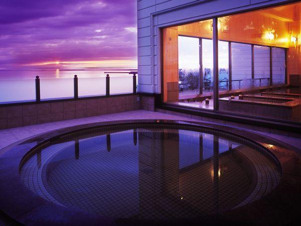 【2F北欧風大浴場】眺望自慢の2階大浴場の露天風呂。