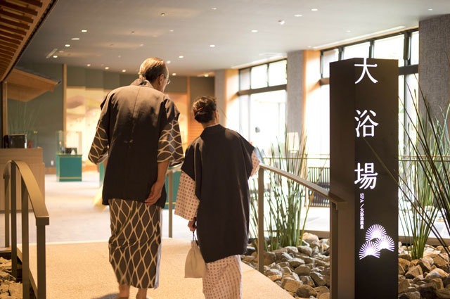 館内に展示されている美術品や、プラントハンター西畠清順氏が手掛ける植栽を眺めながら大浴場へ